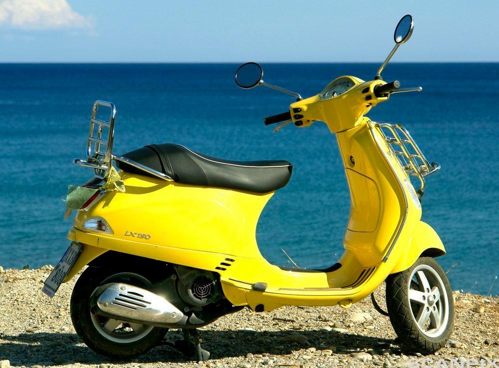 En gul scooter. Bilde.