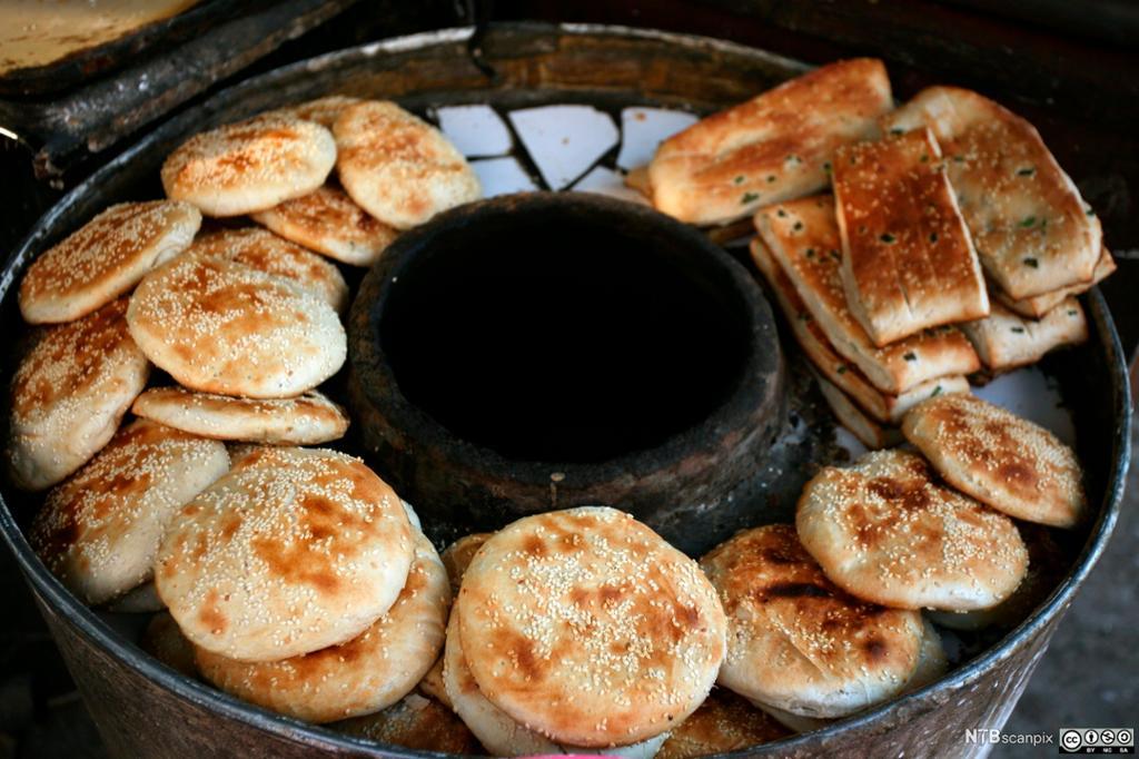 Stekt kinesisk brød på et gatekjøkken. Foto.