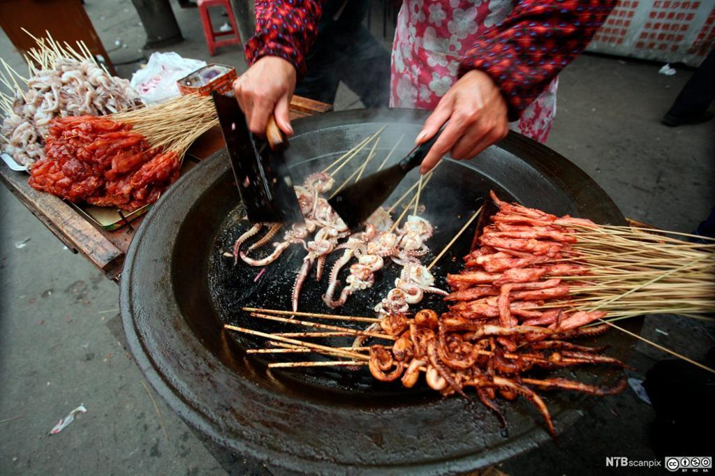Tilbereding av kinesisk hurtigmat. Foto.