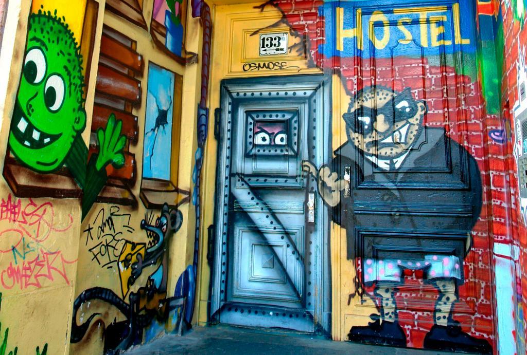 Hostel med fasade dekorert med graffiti. Foto.