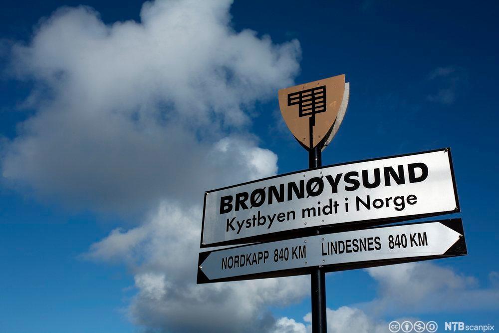 Skilt der det står Brønnøysund. Foto.