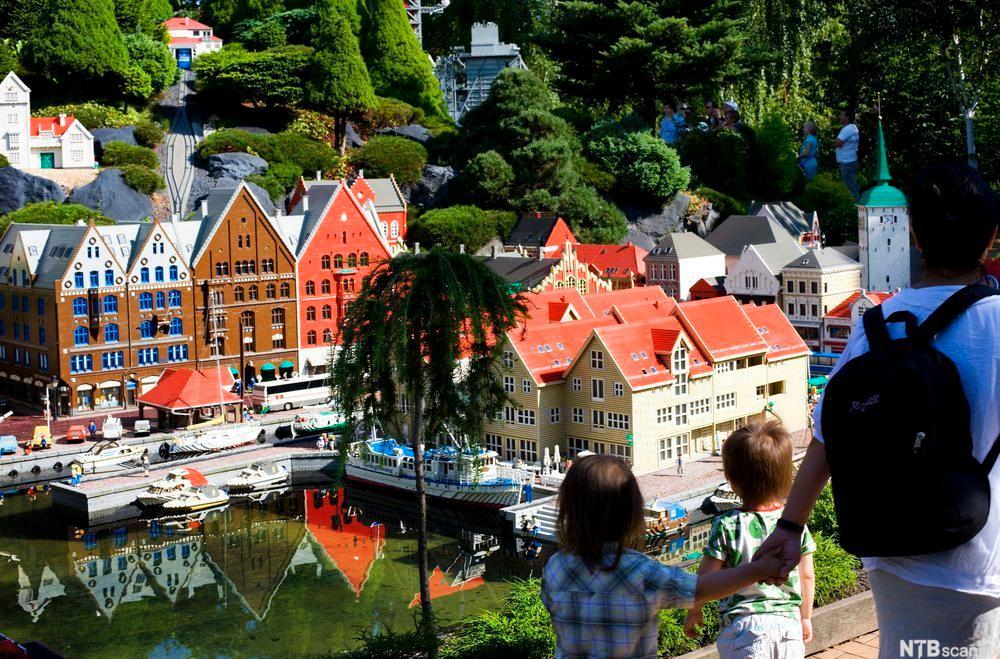 Familie besøker Legoland. Foto.