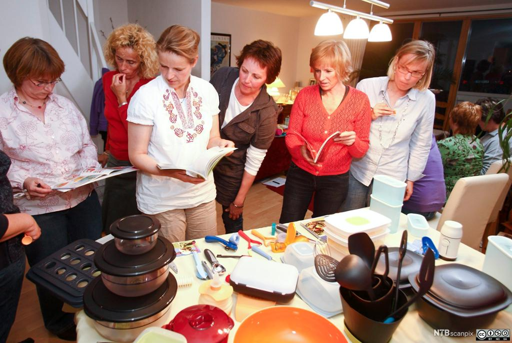 Homeparty med demonstrasjon av plastprodukter av typen Tupperware. Foto.