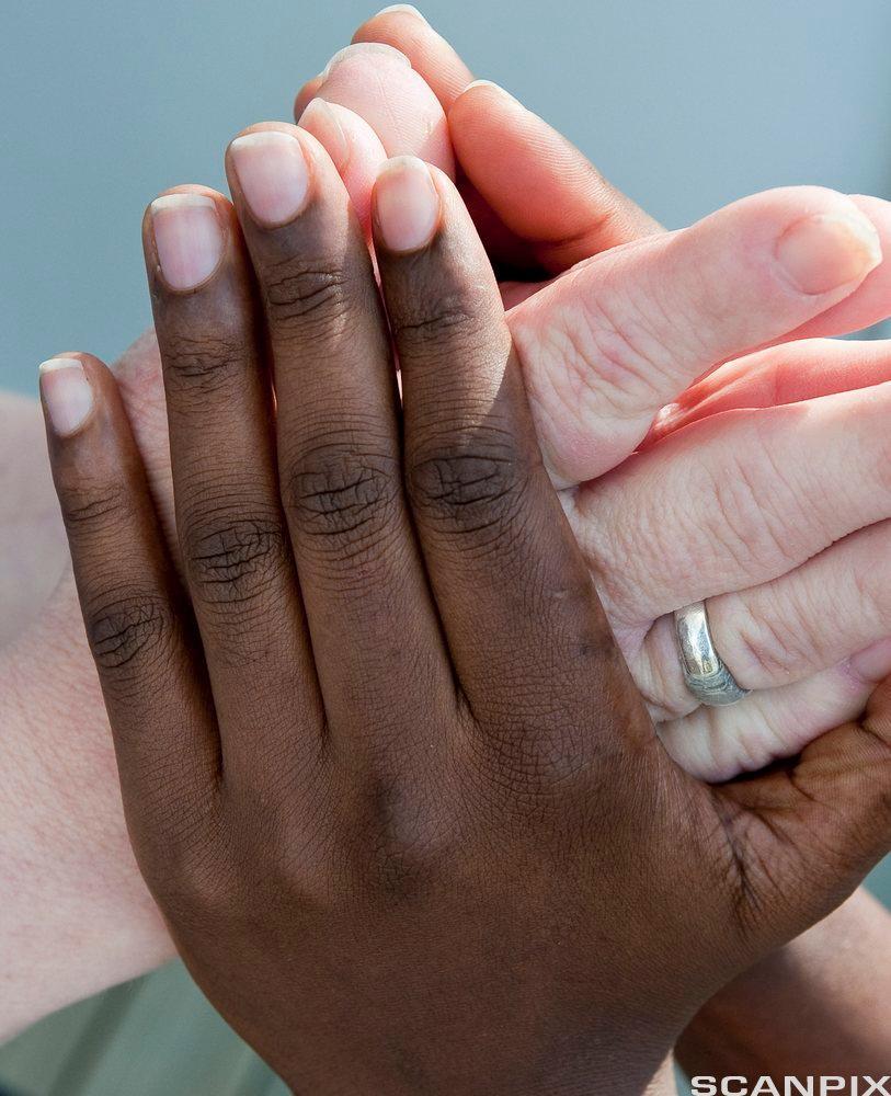 To mennesker holder hender. Foto.