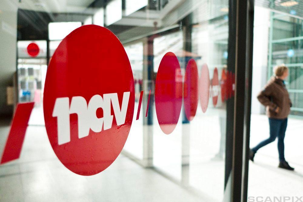 En glassdør inn til et NAV kontor. Foto.