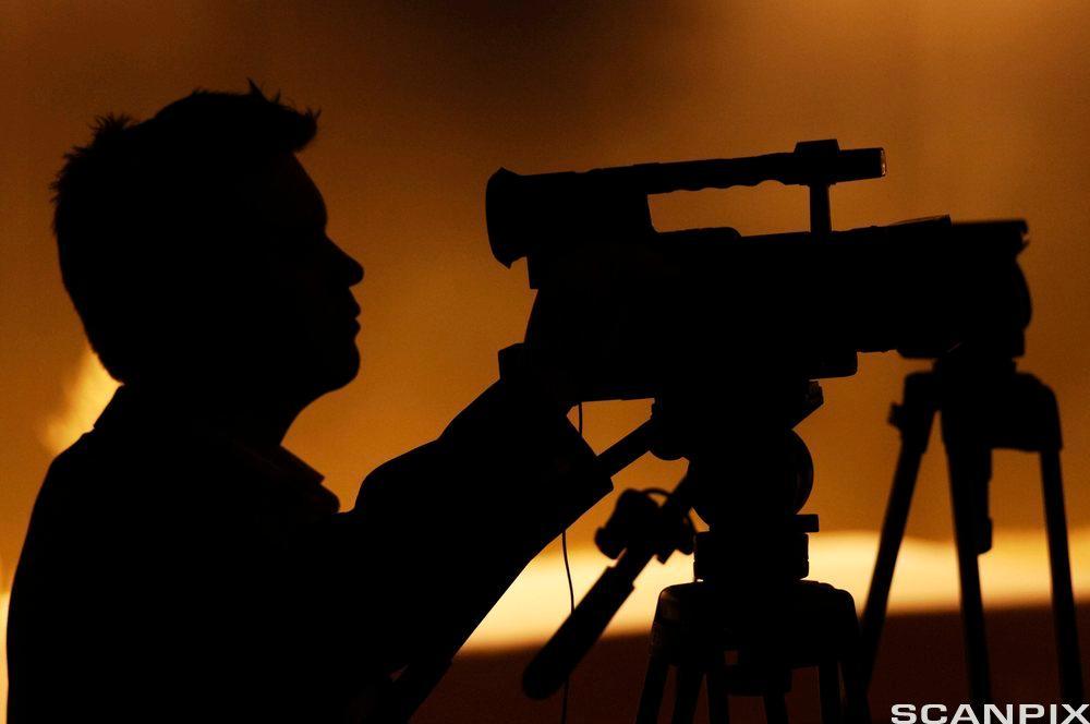 Mann med videokamera. Foto.