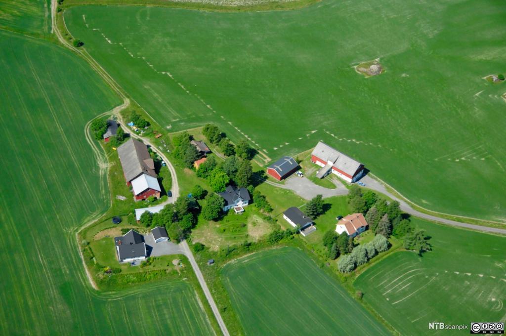 Fyfoto av gårdsbruk i Akershus.