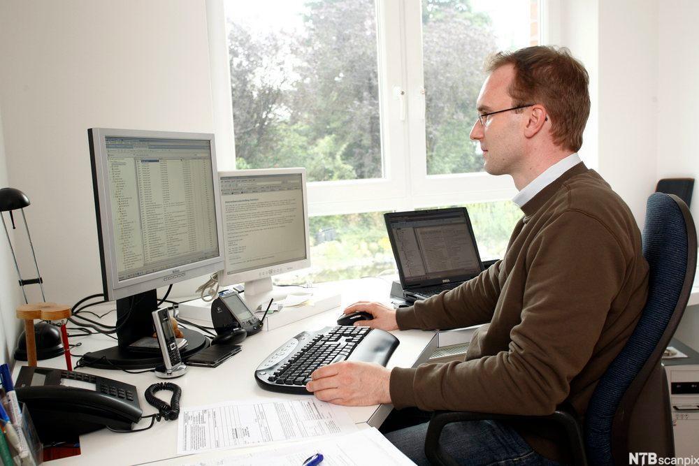 Dataekspert i jobb. Foto.