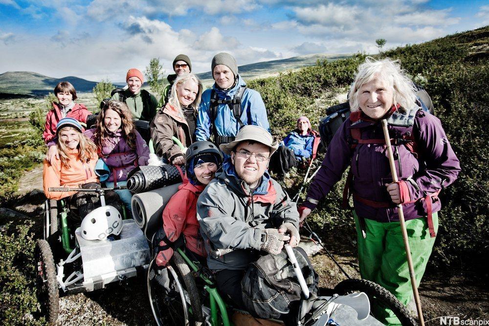 En gruppe funksjonshemmede på fjelltur. Foto.