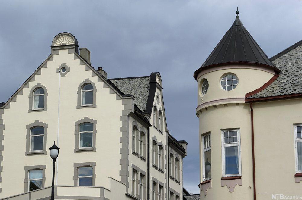 To bygårder i grått, hvitt og beige i jugendstil. Foto.
