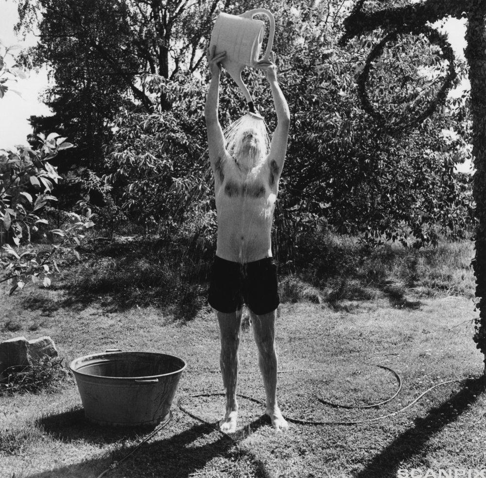 Gutt som vasker seg selv. Foto.