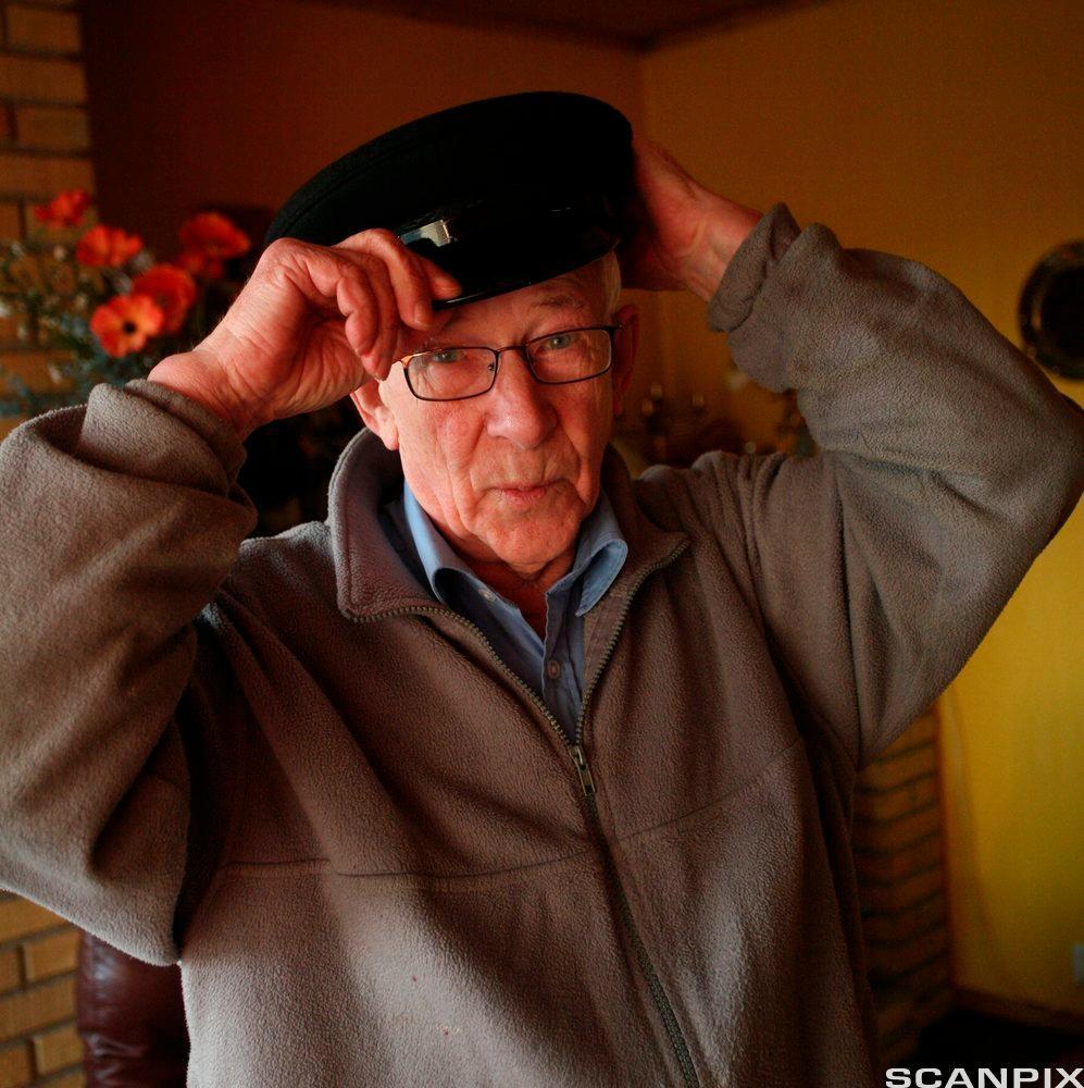 Eldre mann med hatt. Foto.