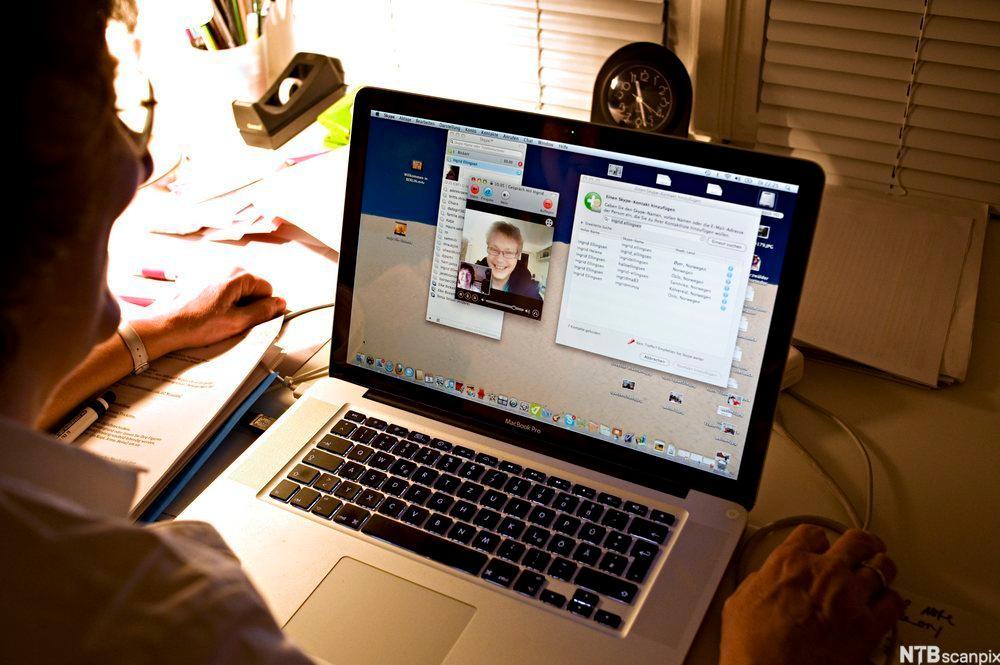 Kommunikasjon vi på Internett med Skype og web-kamera. Foto.