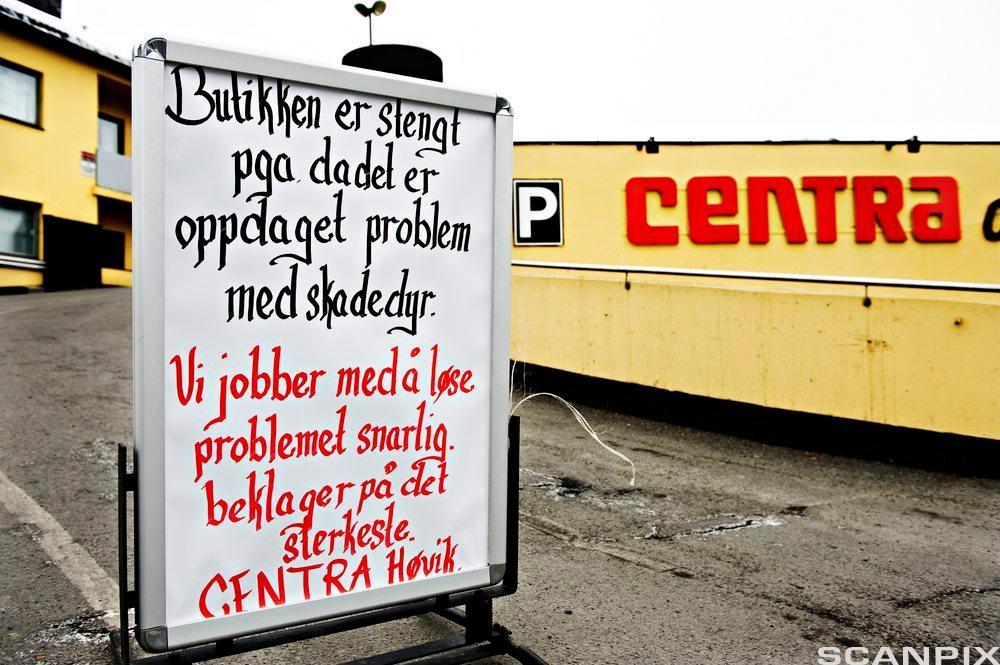 Bilde av en plakat ved matbutikken Centra på Høvik, hvor det står at butikken er midlertidig stengt grunnet skadedyr.