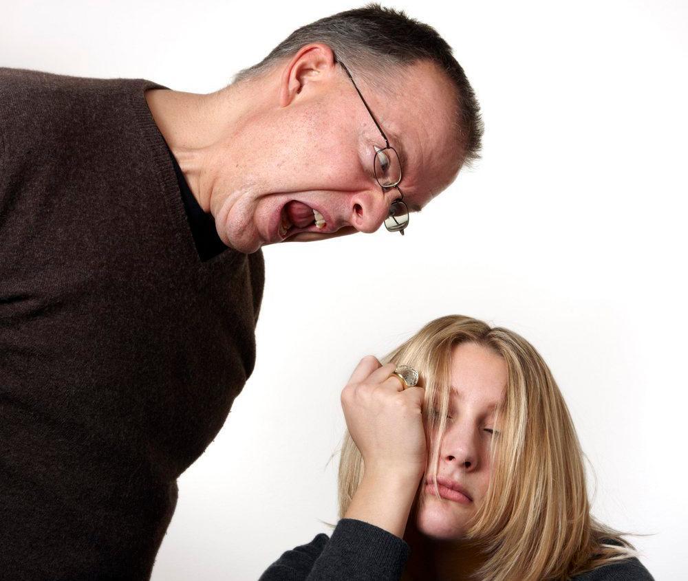 Sint far roper til sin datter. Foto.