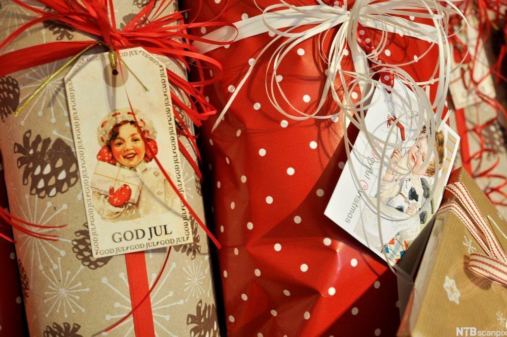 Innpakkede julegaver. Fotografi.