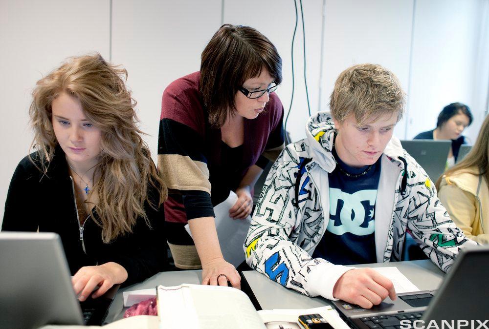 Kvinnelig lærer underviser noen elever. Foto.