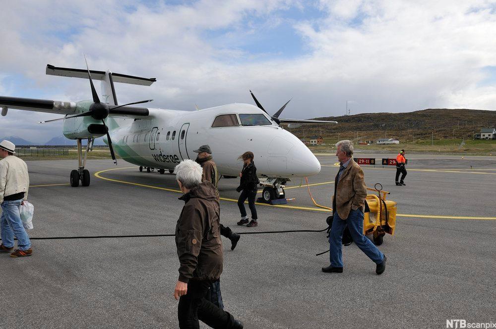 Passasjerfly og passasjerer på flyplass.foto.