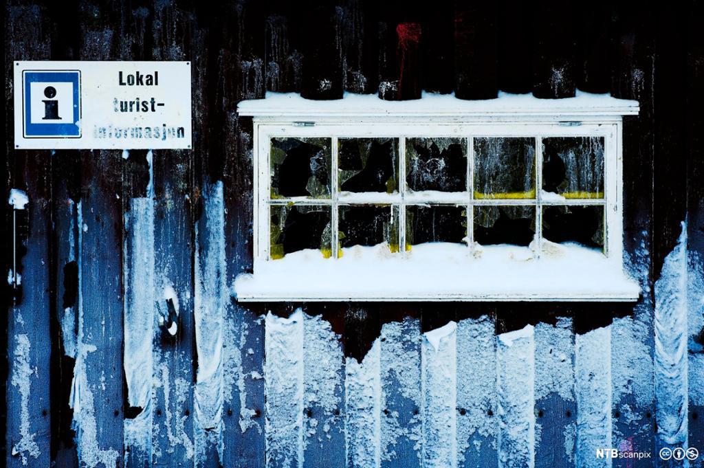 Snødekt hyttevindu. Skilt med turstinformasjon. Foto.