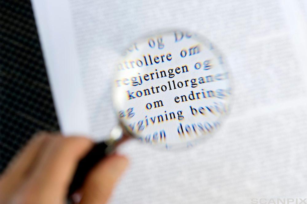Forstørrelsesglass som forstørrer skrift. Foto.