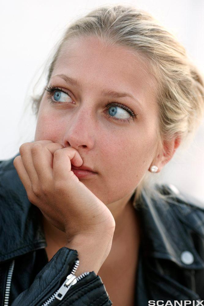Kvinne som tenker. Foto.
