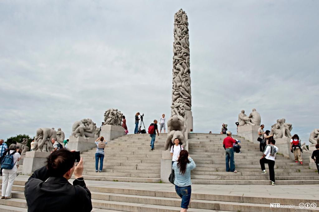 Turister ved skulpturen Monolitten i Vigelandsparken i Oslo. Foto.
