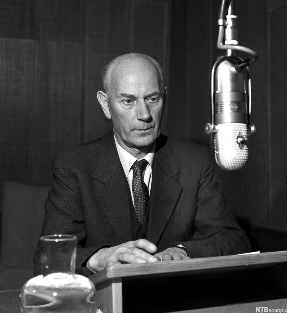Einar Gerhardsen i NRK-studio i 1951
