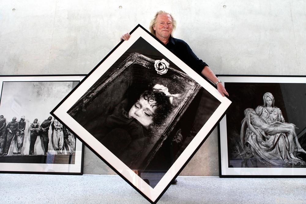 Fotograf Morten Krogvold stiller ut sin fotokunst i nye Bøler Kirke