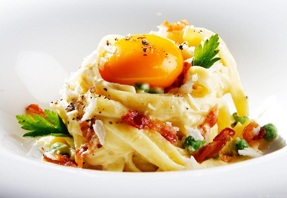 En skål med spagetti carbonara. Foto.
