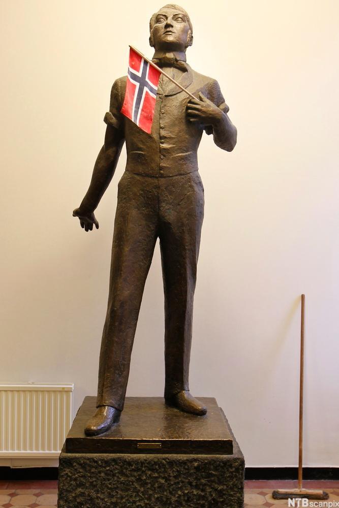 Statue av Henrik Wergeland med flagg