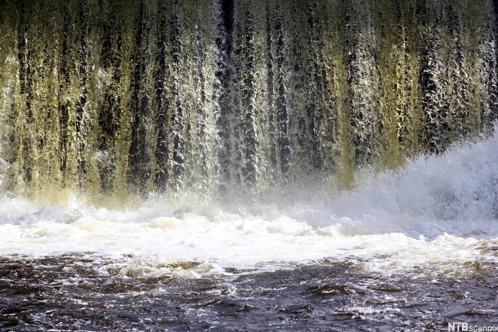 Oversvømmelse i Akerselva, med store vannmasser. Foto.