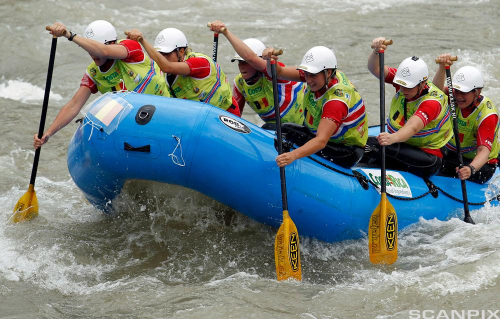 En gruppe rafter på elv i gummibåt. Foto.