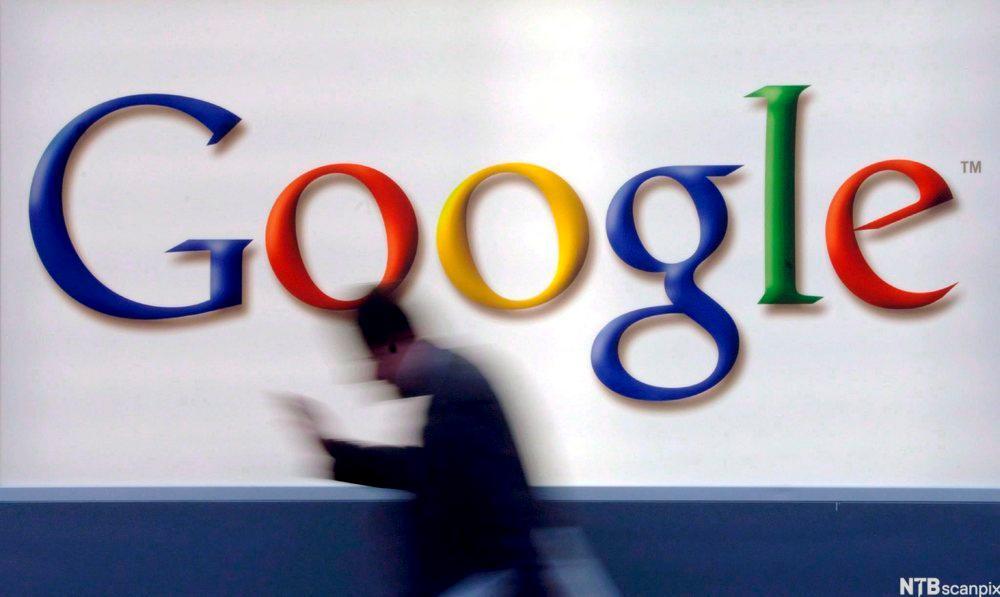Bilde av en reklameplakat for Google, en mann haster forbi.