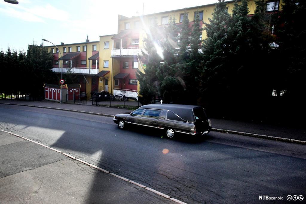 En begravelsesbil kjører på veien. Foto.