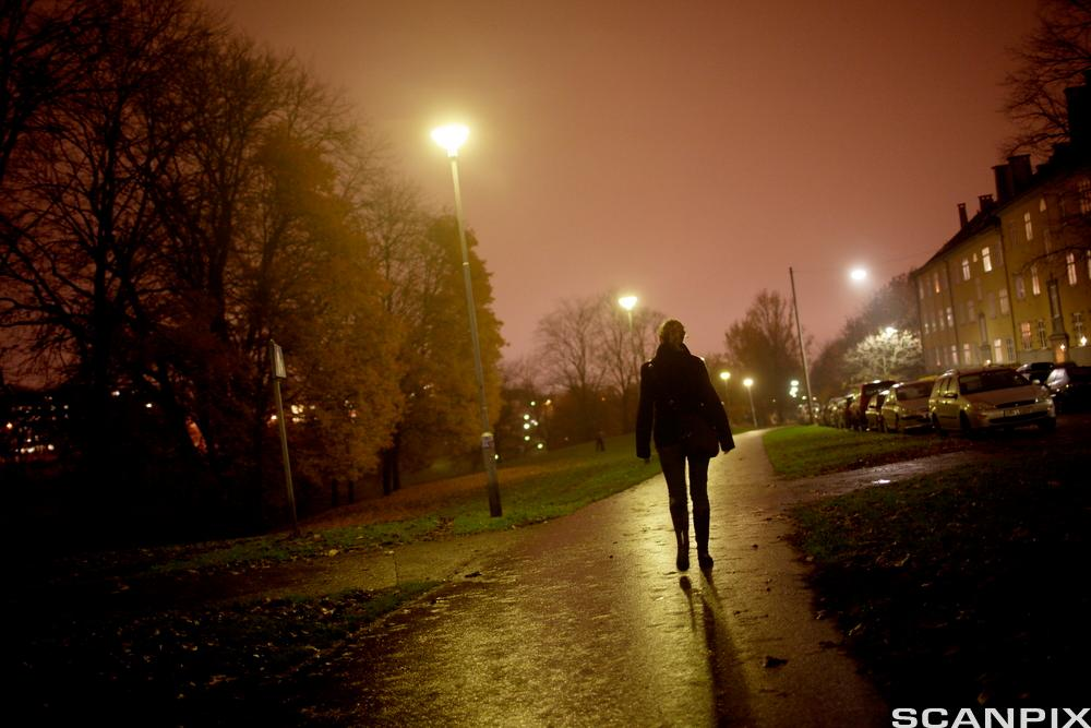 Kvinne som går alene. Foto.