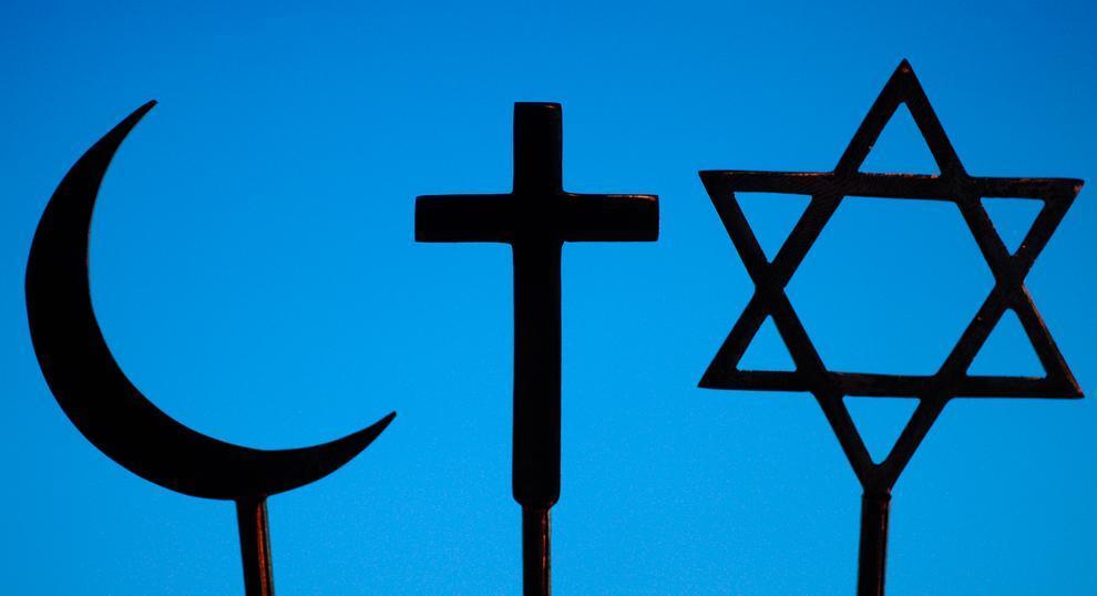 En halvmåne, et kors og en davidsstjerne. Foto.