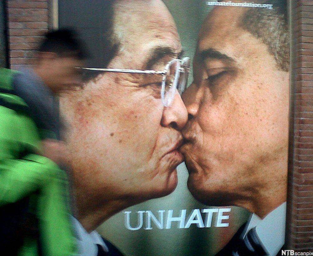 Bilde fra en Benetton reklamekampanje som heter Unhate der to menn kysser hverandre.