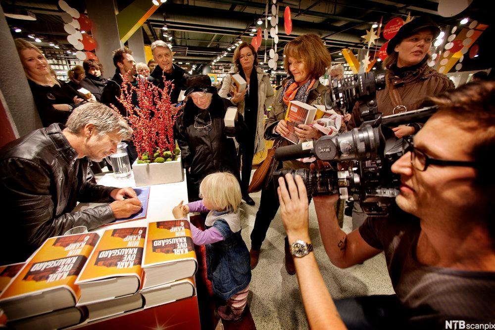 Knausgård signerer bøker