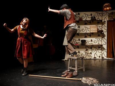 To skuespillere på en scene. Foto.