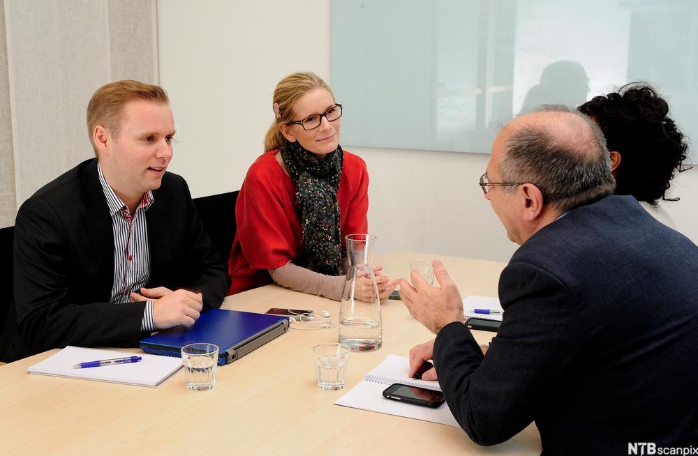 Mennesker rundt et konferansebord. Foto.