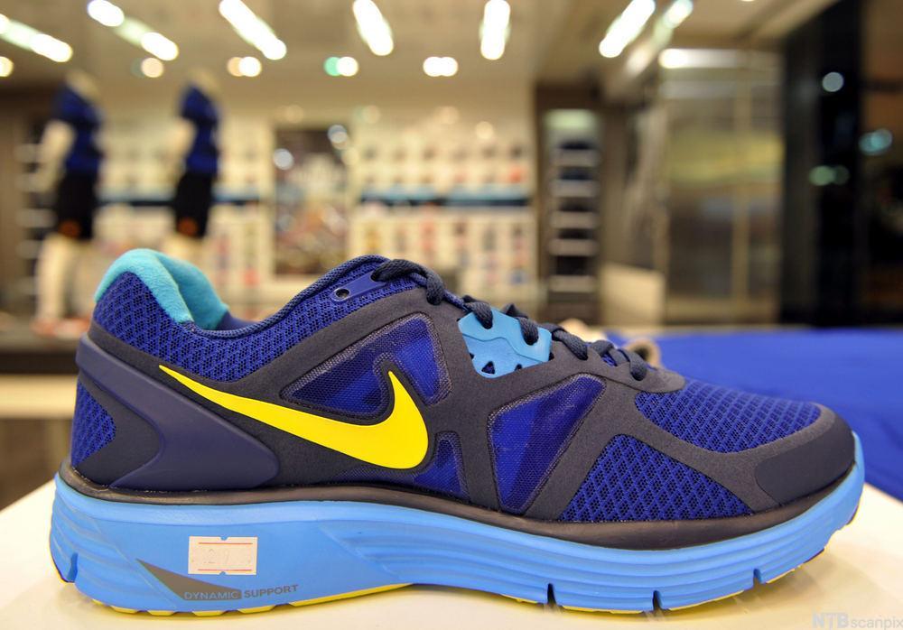 Bilde av en blå og gul joggesko fra Nike.