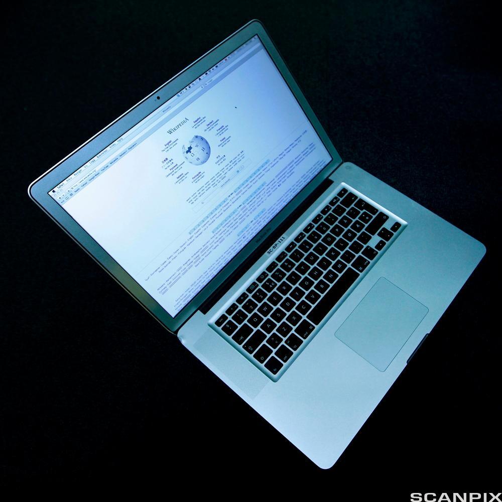 Bærbar PC oppslått på Wikipedia. Foto.