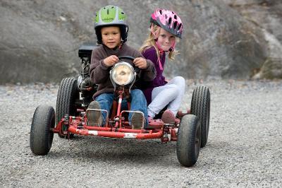 To barn på Olabil. Foto.