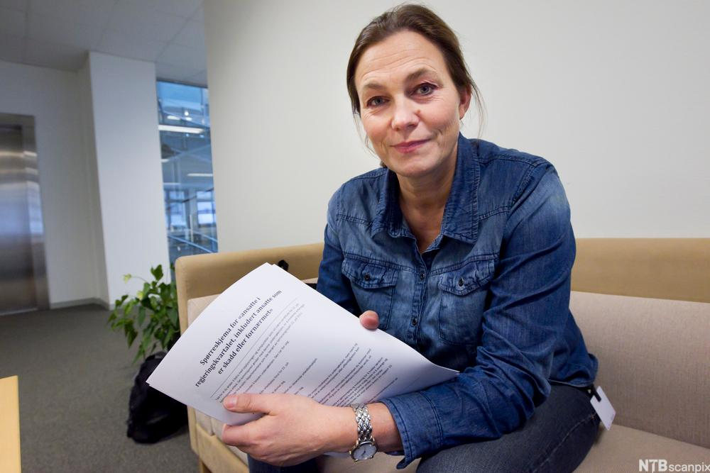 Bilde av 22. juli-kommisjonens leder, Alexandra Bech Gjørv, med et spørreskjema rettet mot alle berørte av terrorhandlingene.