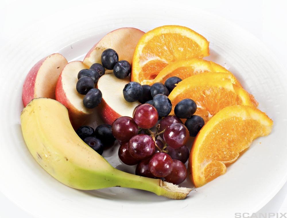 Fat med oppskåret frukt. Foto.