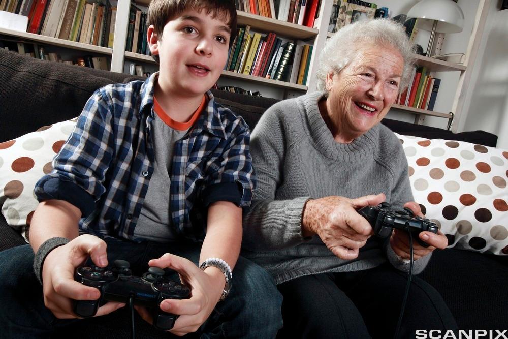 gammel dame og ungdom spiller playstation.foto.