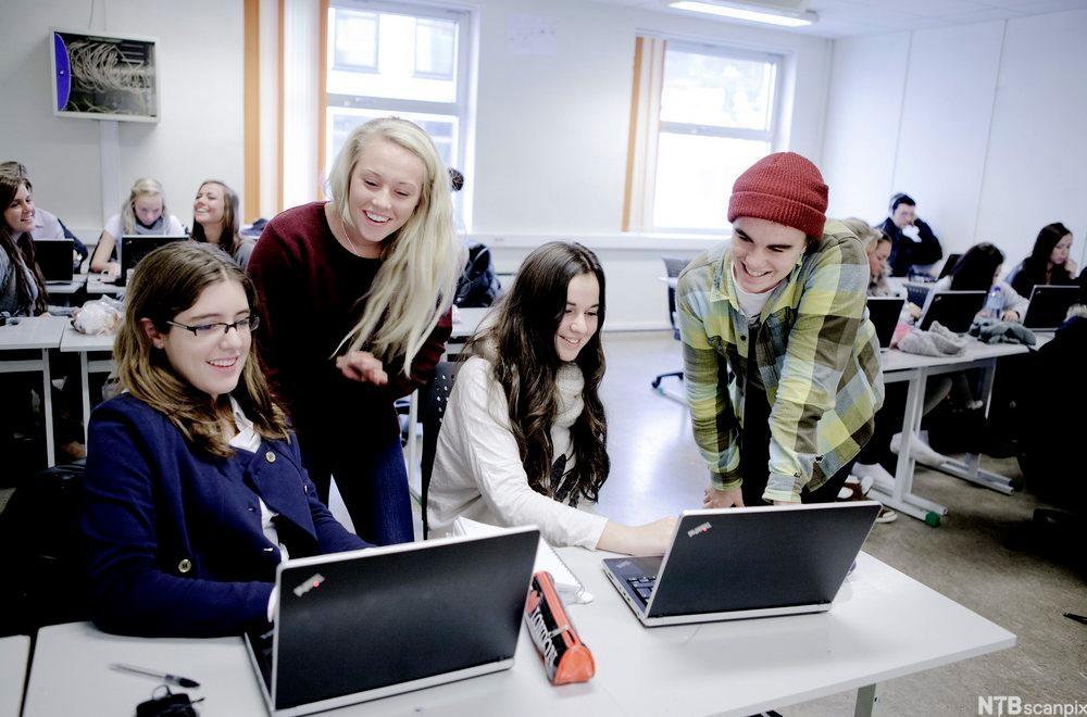 Elever som samarbeider om en oppgave/presentasjon.
