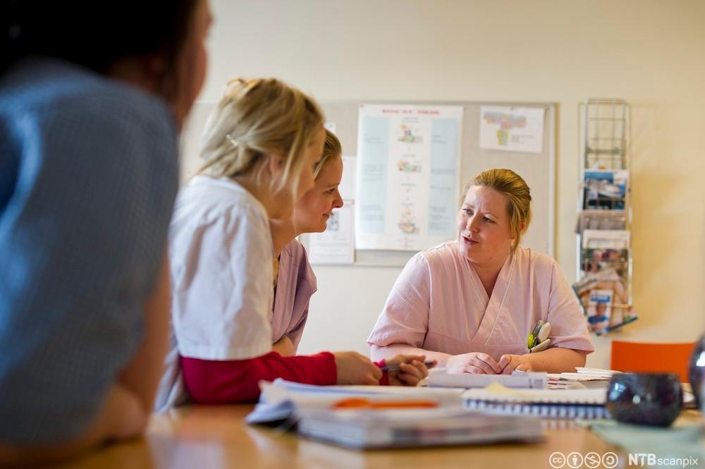 Helsepersonell har møte. Foto.