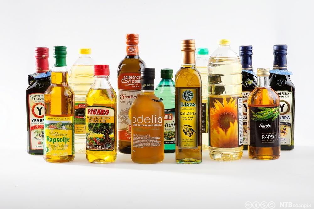 Oljer av ulike sorter på flasker. Foto.
