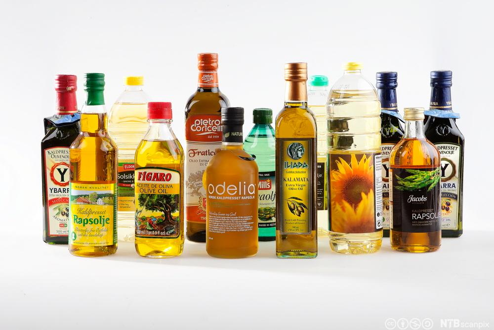 Oljer av ulike sortar på flasker. Foto.